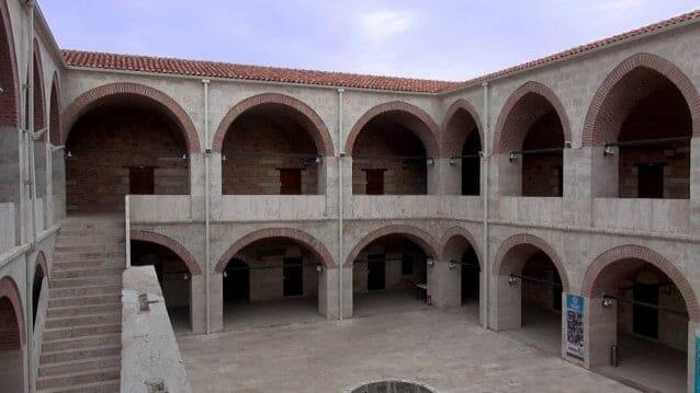 """""""خان الجِمال"""" التاريخي يتحول إلى فندق سياحي"""