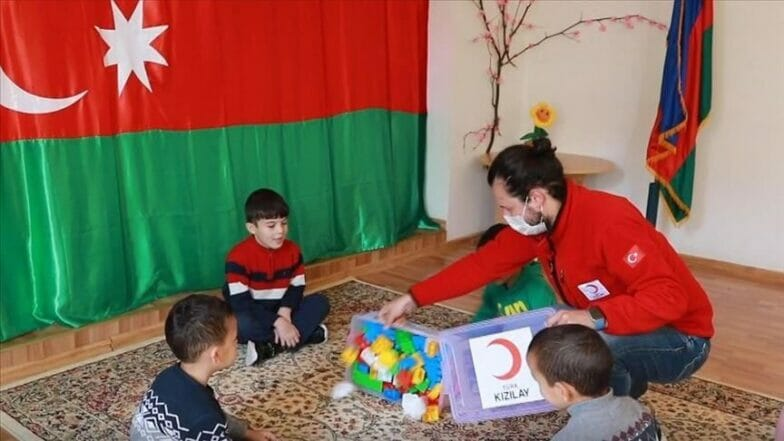 الهلال الأحمر التركي يوزع مساعدات على أيتام بأذربيجان