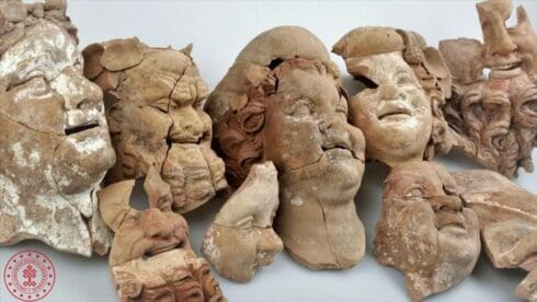 تعود لـ2000 عام.. اكتشاف تماثيل وأقنعة أثرية شمالي تركيا