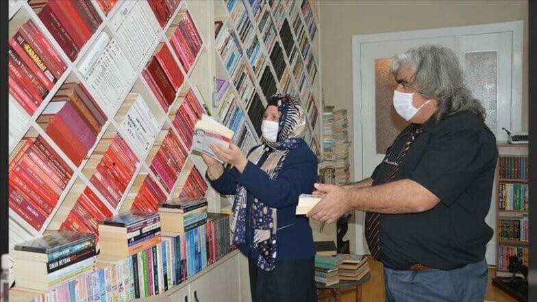 معلمان تركيان يحولان بيتهما لمكتبة تضم 42 ألف كتاب