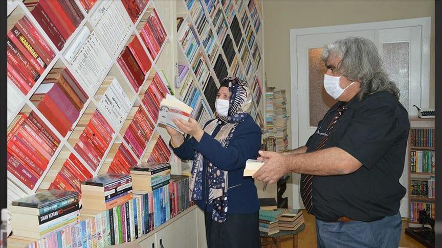 thumbs b c fcccf8c385e8af305886f0ea963b0d9b - معلمان تركيان يحولان بيتهما لمكتبة تضم 42 ألف كتاب