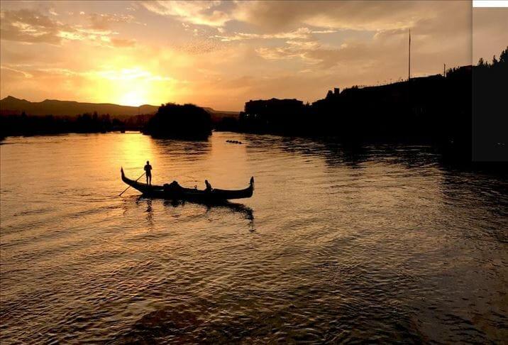 """نهر """"قيزيل إرماق"""" .. استمتاع برحلات الجندول في نوشهير التركية"""