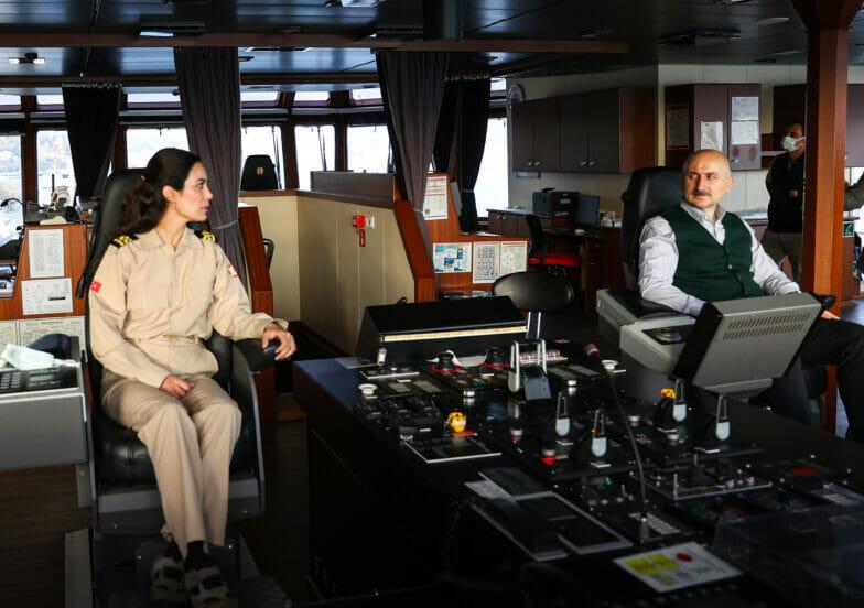 وزير النقل يزور أول سيدة تعمل قبطان سفينة