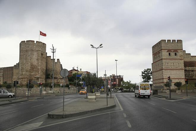 istanbulun semt isimlerinde yasayan kapilari 1527513092998 - أبواب إسطنبول التاريخية