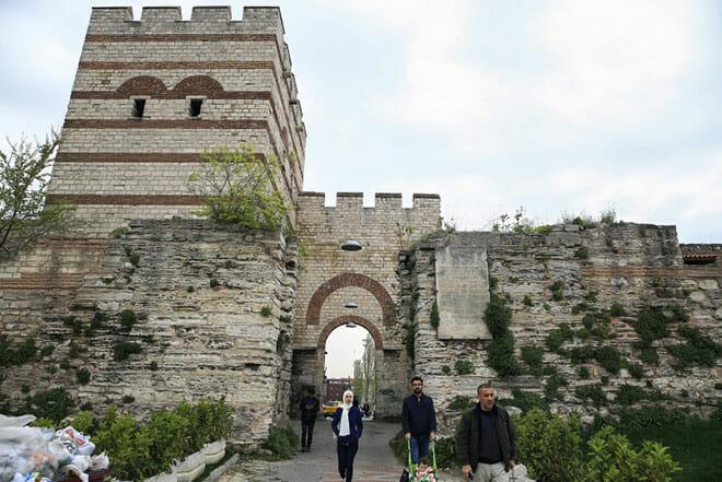 istanbulun semt isimlerinde yasayan kapilari 1527513093125 - أبواب إسطنبول التاريخية(4)