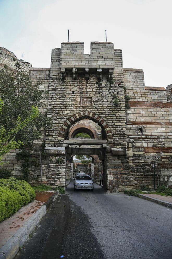 istanbulun semt isimlerinde yasayan kapilari 1527513096671 - أبواب إسطنبول التاريخية(4)