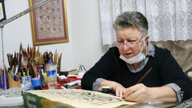 """بـ""""اليسرى"""".. تركية تبدع في رسم الخط العربي"""