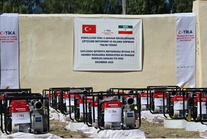 """""""تيكا"""" التركية توزع معدات ري للمزارعين في """"أرض الصومال"""""""