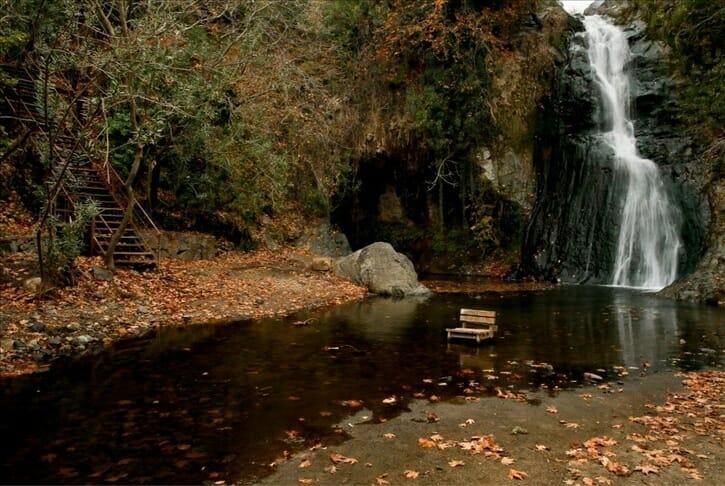 """أشجار """"شلال العشاق"""" تزهو بألوان الخريف"""