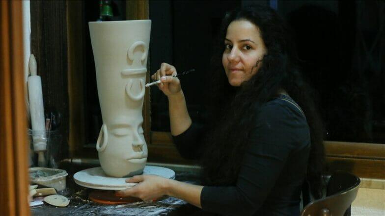 فنانة سيراميك تحول منزلها إلى ورشة جراء كورونا