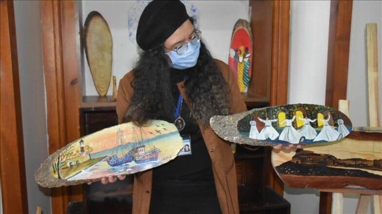 فنانة تجسد التاريخ وشخصياته بالرسم على الخشب