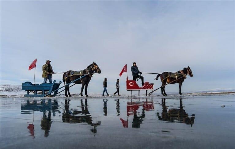 قارص التركية.. متعة التزلّج فوق بحيرة تشيلدر المتجمدة