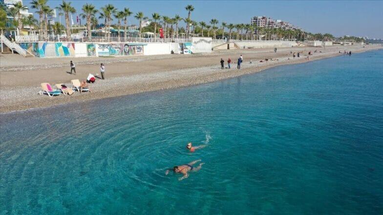 السياح الأجانب في تركيا يستمتعون بالشواطئ الفارغة