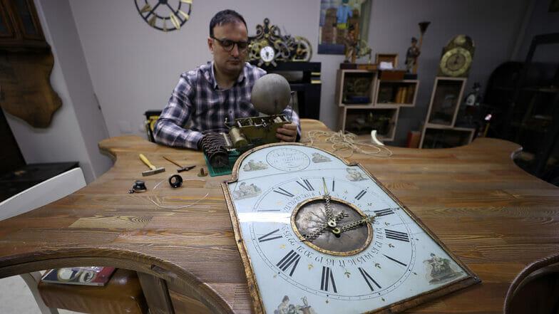 ساعة الحائط البلجيكية الاثرية ستلقى حياة جديدة على يد حرفي ساعات تركي