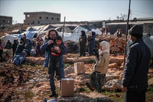 """""""الديانة التركي"""" يوزع منازل بالطوب لإنقاذ مخيمات إدلب السورية"""
