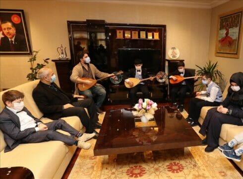 بآلة البزق.. شقيقان سوريان كفيفان يؤديان أغاني تركية