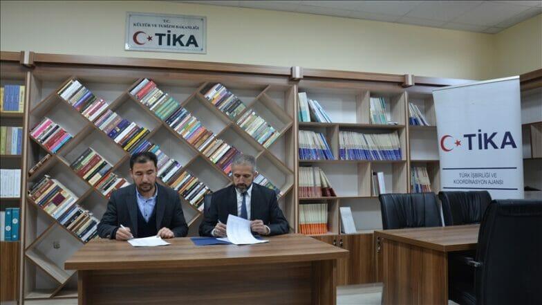 """""""تيكا"""" التركية تزود جامعة أفغانية بمئات الكتب"""