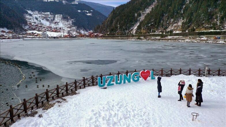 """إقبال كبير على بحيرة """"أوزونغول"""" لمشاهدة سطحها المتجمّد"""