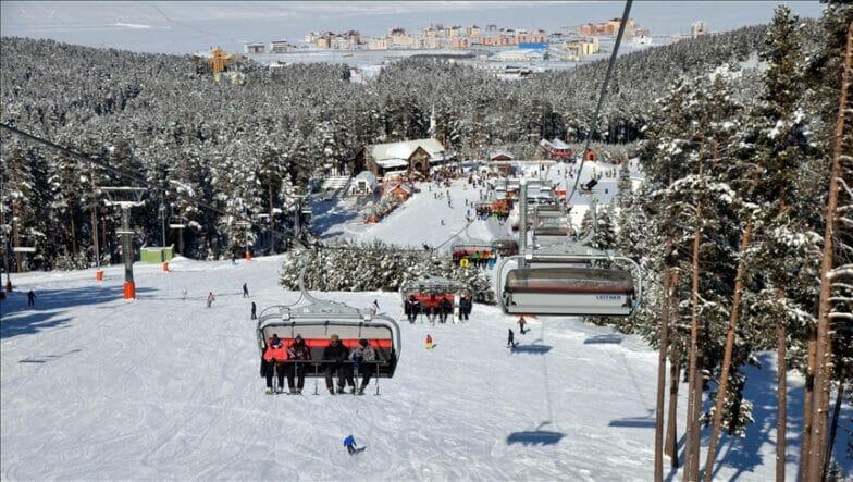 """مركز """"جيبل تبه"""" يتيح لزوّاره فرصة التزلّج ليلاً"""