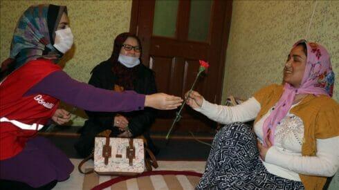 """الهلال الأحمر يكرم أفغانيات بــ """"يوم المرأة"""""""