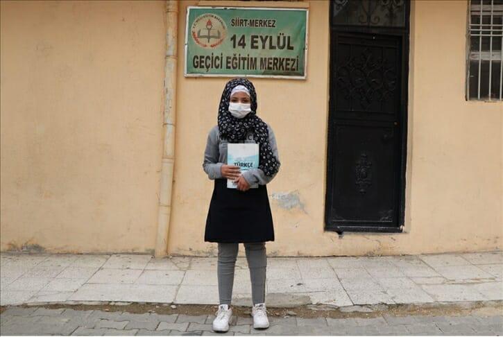 الذهاب للمدرسة على قدمين.. حلم طفلة سورية يتحقق في تركيا